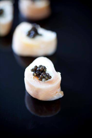 Petits roulés d'esturgeon au caviar, petites verrines d'esturgeon au céleri et œufs de truite 2