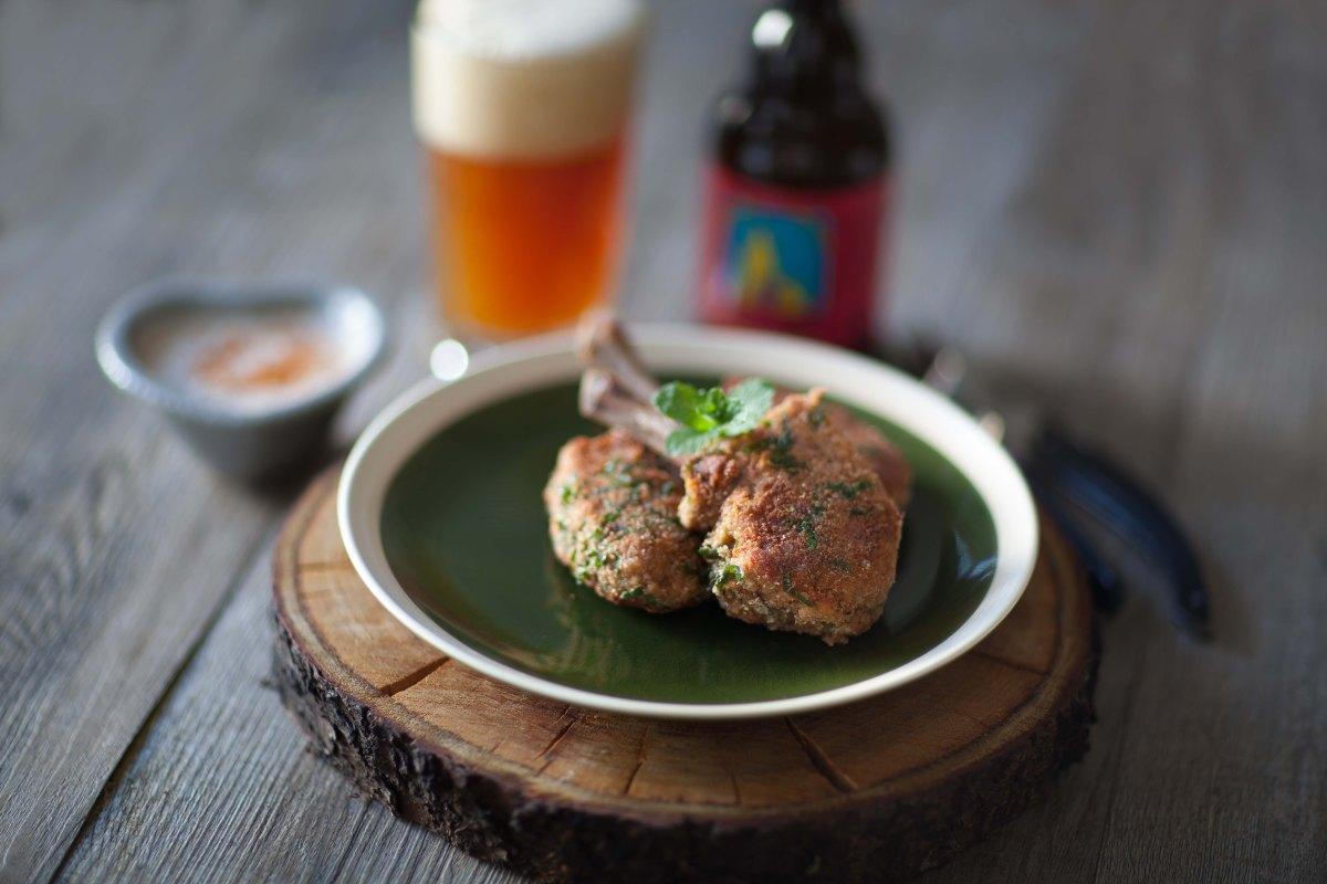 Bonbons d'agneau panés à la menthe (carré d'agneau anglais) et bière Uberach ambrée Doigt de Dieu