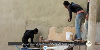 warga daulah sedang memperbaiki tembok dengan semen baru