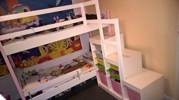 Två Kritter sängar och en Trofast från Ikea som har har satts ihop, av Azra Karabasic