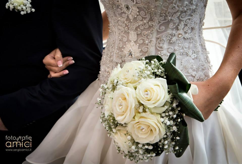 Dettagli dell'abito e del bouquet di Erika