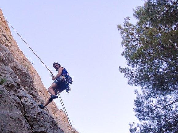 Rapelando de la vía Marion en Sella (Alicante)