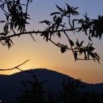 El sol se pone tras la Sierra de Argüeña