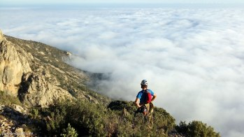 Bajada del Puig Campana con un impresionante mar de nubes