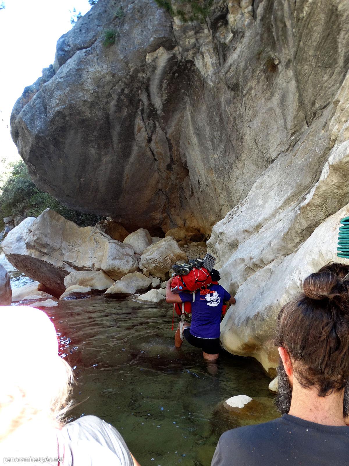 Cruzando el arroyo Tornillos de Gualay en Cazorla