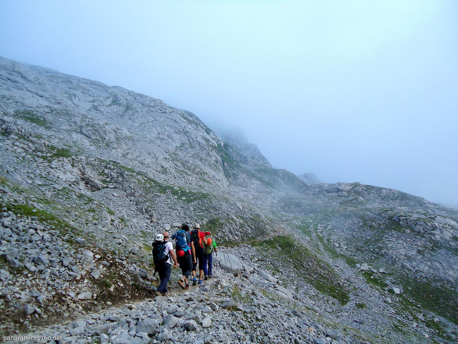 La niebla va y viene durante nuestra aproximación al refugio de la Vega de Uriiellu