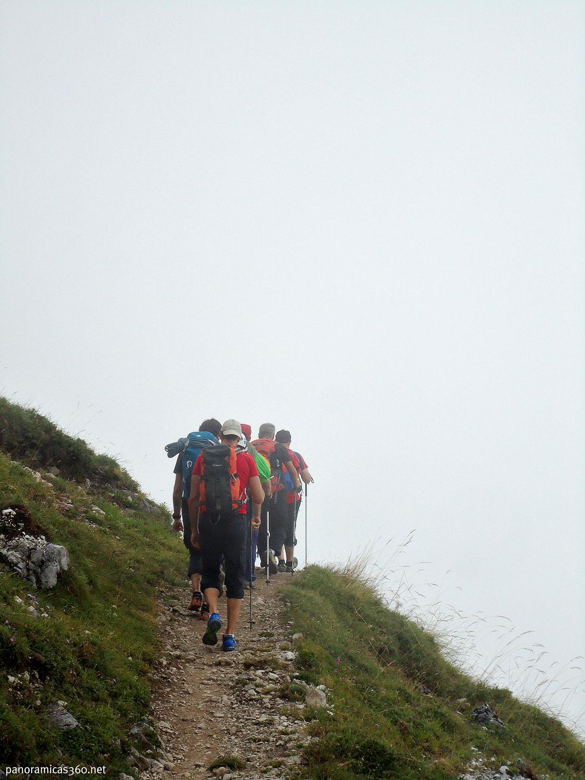 De marcha al refugio de la Vega de Urriellu en el Macizo Central de los Picos de Europa