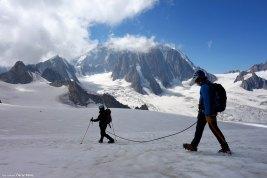 Miguel y su cliente caminado por el glaciar camino del refugio de Torino