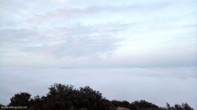 Mar de nubes en la cumbre del Cabeçó d´Or con Aitana y Puig Campana al fondo