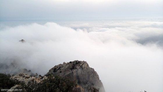 Nubes en la cumbre del Cabeçó d´Or