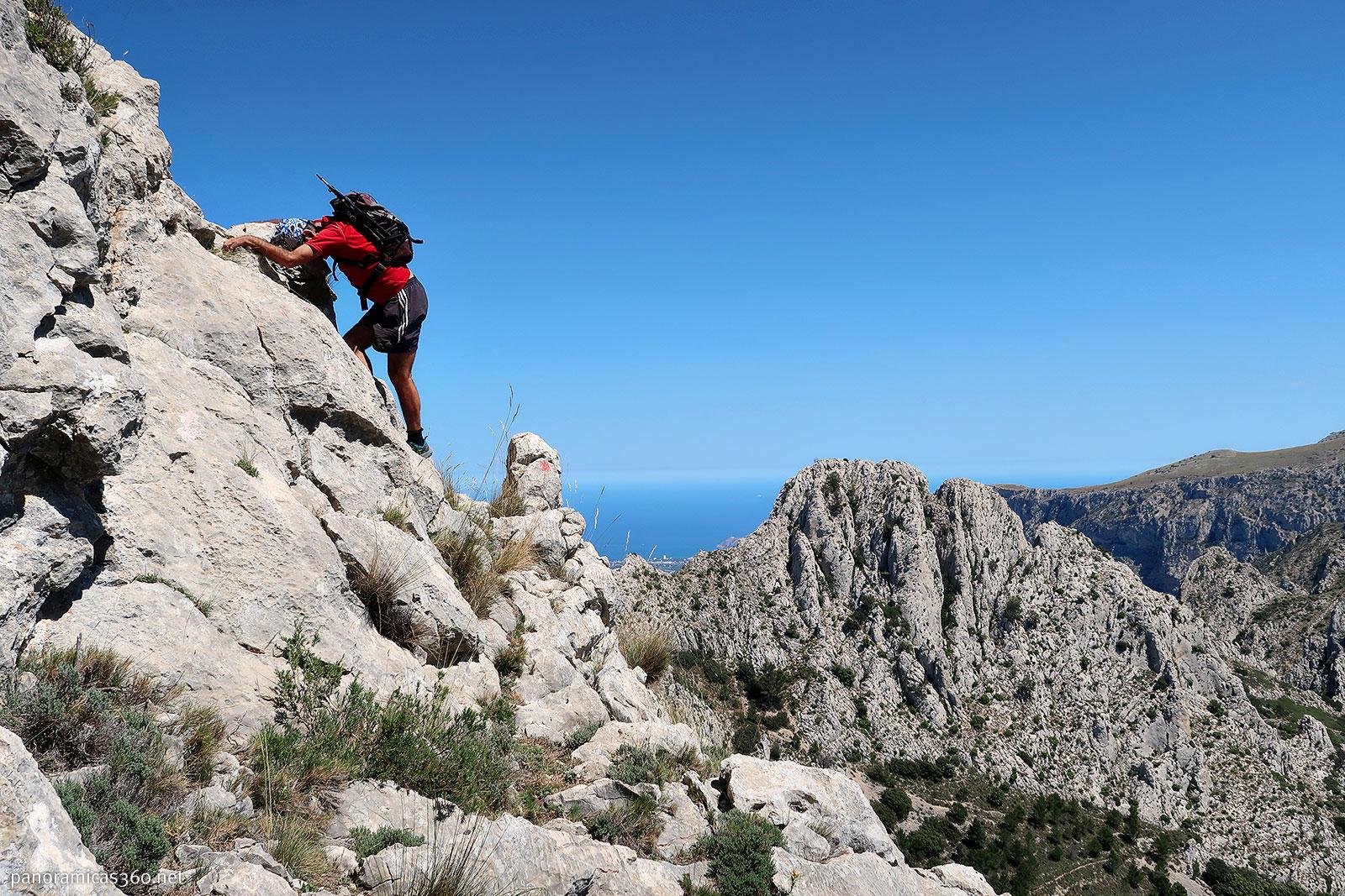 Romero en uno de los destrepes de Penya Roc con el Mediterráneo de fondo