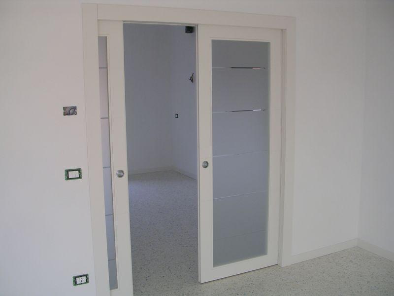 Porta scorrevole a due ante a vetri laccata Padova  Realizzazione porte finestre portoncini d