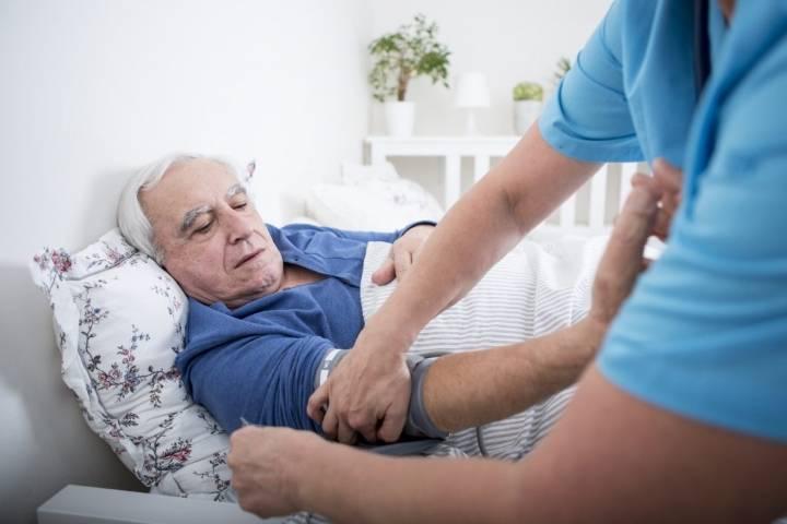 Falls la pression d'une personne âgée provoque