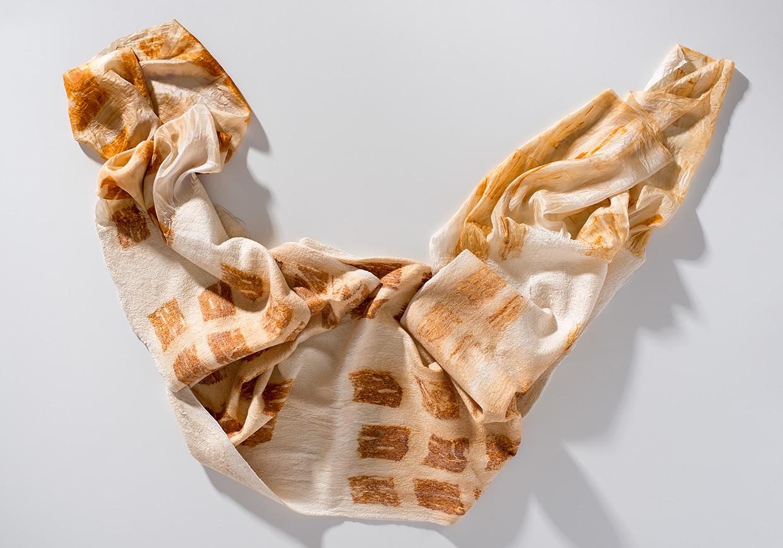 Schal aus Wolle und Seide mit Rostfärbung