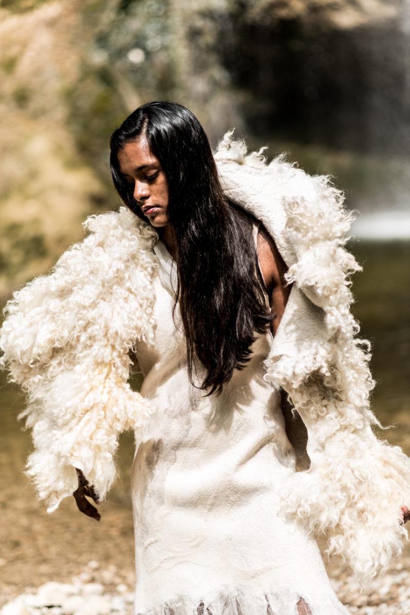 Brautkleid aus Merinowolle und Seide mit Rohwollstola