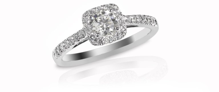 Beautiful diamond wedding engagment band ring solitaire princess Cut with side diamonds and a halo setting