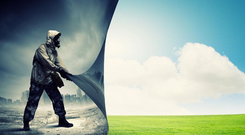 Uomo con tuta protettiva e maschera che bonifica un terreno che diventa verde