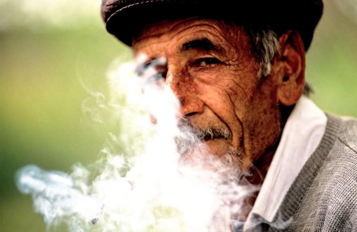 Anziano fumatore