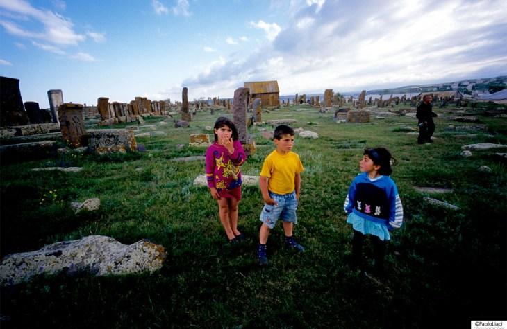 Bambini che giocano al cimitero