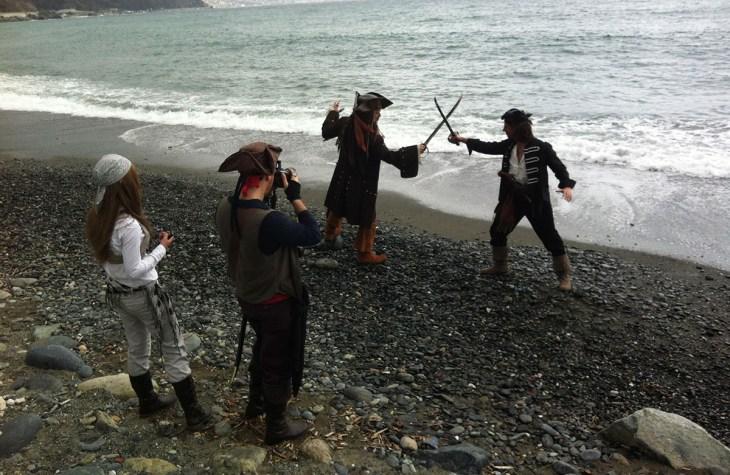 finti pirati in spiaggia