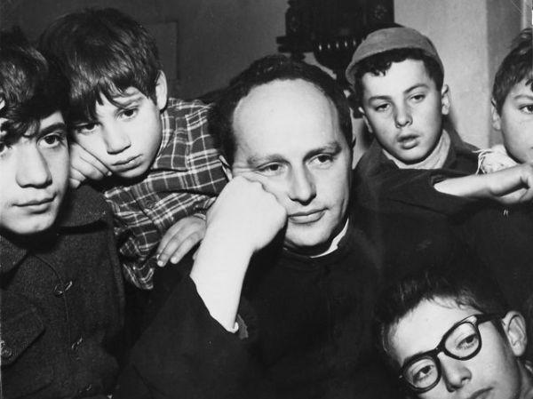 Don Milani con i suoi ragazzi.