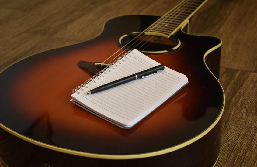 Insegnare i cantautori a scuola: uso analitico e uso imitativo
