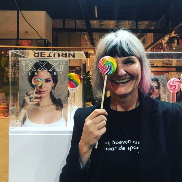 Happy lollipop & logo candy making @jaarbeurs at @trademartutrecht for @i.x.x.x.i.jewelry with the beautiful theme: rainbow! 🌈#ixxxijewelry #trademart #jaarbeursutrecht #livecandymaking #candyonevents #logocandy . . . #papabubble #handmade #artisticCandy