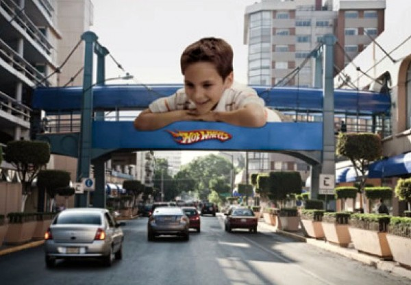 https://i0.wp.com/www.paper-plane.fr/wp-content/uploads/2010/03/Mattel-Toyrus-hotwheels-petites-voitures-mexique-ogilvy-mexico-enfant-jouet-outdoor-ambient-marketing-600x416.jpg