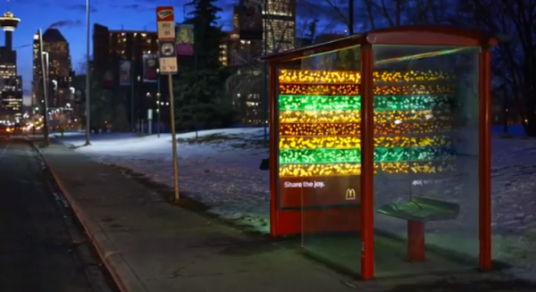 big mac festif abri bus canada vancouver guirlandes affichage ambient marketing 3