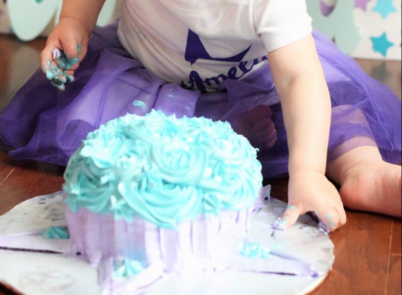 Considering DIYing the photos for your 1-year old's fun smash cake session? Easy tips and tricks to make your photos, backdrop and baby look great.