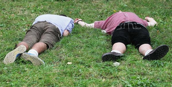Bêbados deitados na Oktoberfest 2010