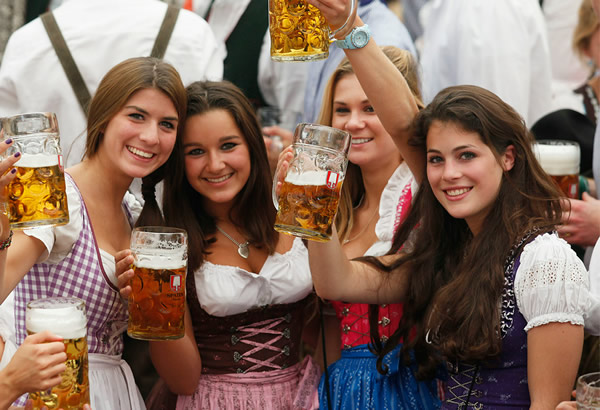 Mulheres brindando na Oktoberfest