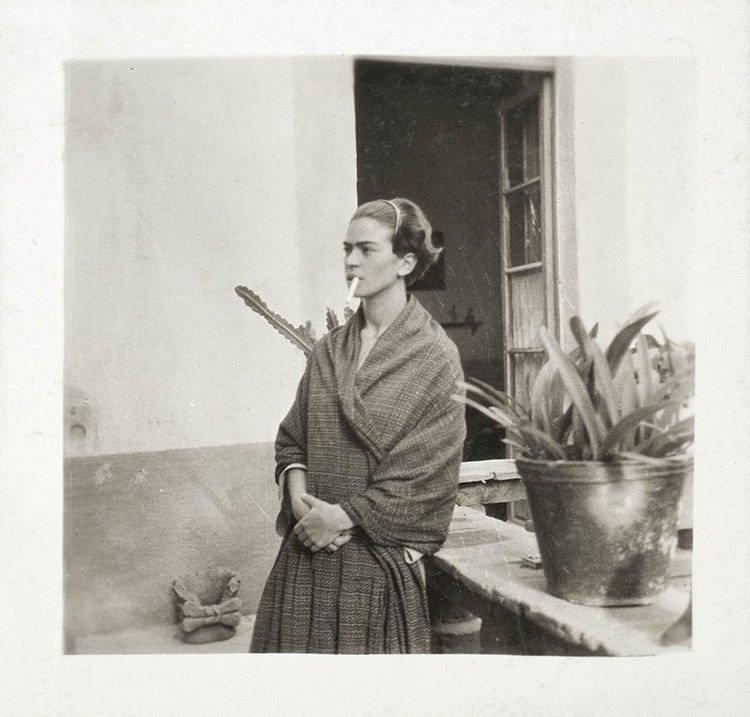 Frida Kahlo na Casa Azul, Anónimo, 1930 ©Museu Frida Kahlo