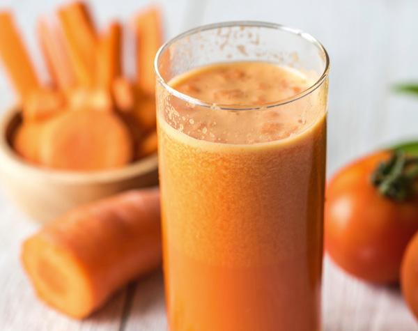 sucos para manter o bronzeado papo gula - cenoura e morango