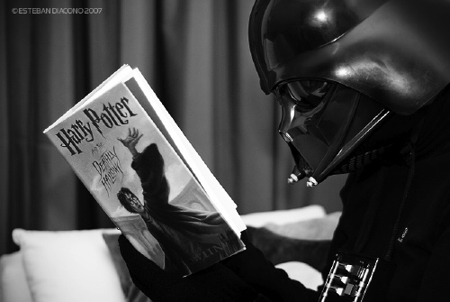darth-vader-reading-harry-potter-and-the-deathly-hallows