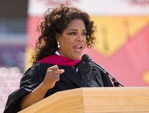 Najlepsze Uniwersytety jak Harvard czy Stanford zawsze mogły liczyć na gościnne wystąpienia takich sław jak J.F.K. Kennedy, S. Jobs czy Oprah. Przemówienie tej ostatniej choć nie było wybitne, spotkało się z dużą sympatią.