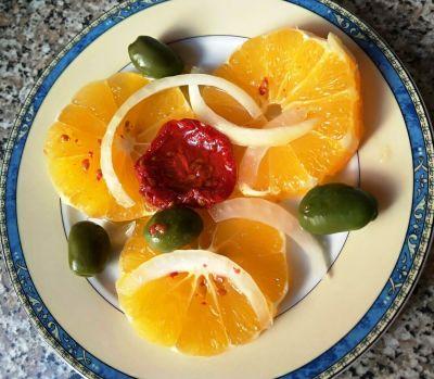Ensalada de naranja con cebolleta y aceitunas