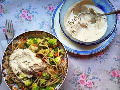 Espaguetis con verduras y salsa de queso vegana