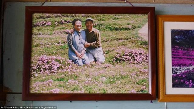 japanse man zaait bloemen9