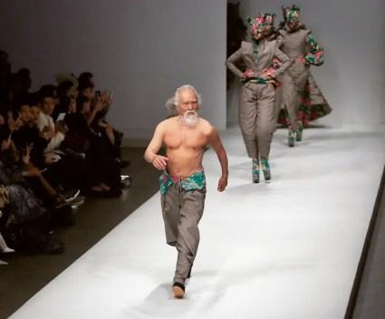 Wang Deshun loopt op zijn 80e over de catwalk