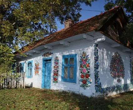 In dit Poolse dorpje is elk huis volledig beschilderd met bloemen