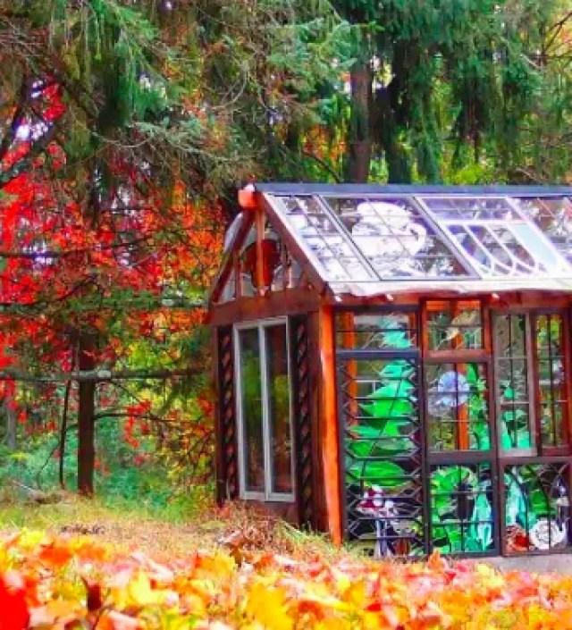 Dit huisje midden in het bos is volledig gemaakt van glas-in-lood ramen