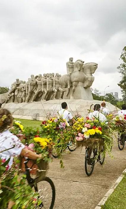 Een fietsend kunstwerk van bloemen door de straten van São Paulo