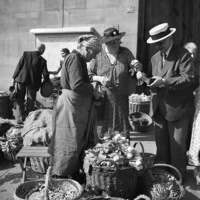 Menschen auf dem Wochenmarkt in der Innenstadt von Stuttgart, Deutschland 1930er Jahre. Business at Stuttgart market, Germany 1930s.