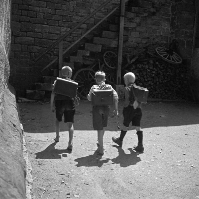 Drei Schuljungen unterwegs in Rothenburg ob der Tauber, Deutschland 1930er Jahre. Three school boys on their way at Rothenburg ob der Tauber, Germany 1930s.