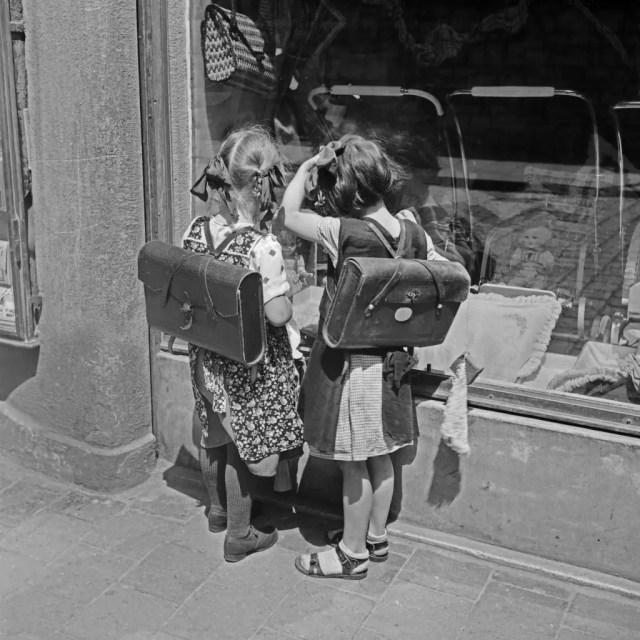 Zwei Schulmädchen auf dem Weg nach Hause in Regensburg, Deutschland 1930er Jahre. Two school girls on their way home at Regensburg, Germany 1930s.