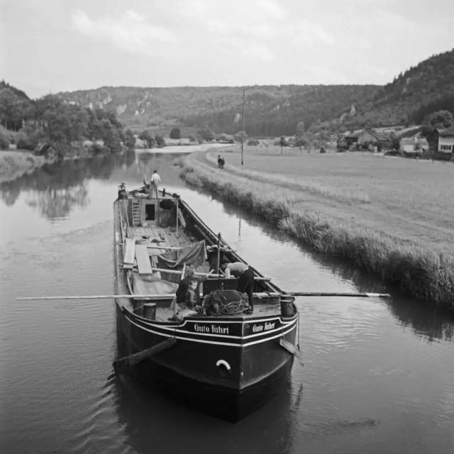 """Frachtkahn """"Gute Fahrt"""" auf der Altmühl im Altmühltal, Deutschland 1930er Jahre. Freight ship """"Gute Fahrt"""" on river Altmuehl at Altmuehltal valley, Germany 1930s."""