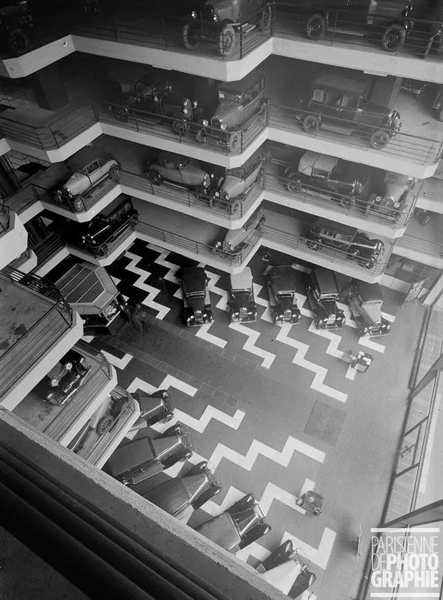 """""""La France travaille."""" Automobiles. Garage Marbeuf. Paris. 1931-1934. Photographie de François Kollar (1904-1979). Paris, Bibliothèque Forney. Dimensions: 13 x 18 cm"""