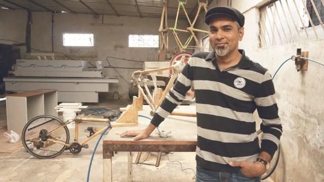 Fietsen maken van bamboe in India