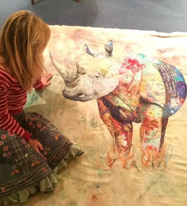 Prachtige borduurkunst in grote collages van textiel